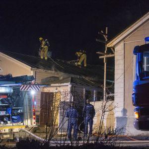 Egnahemshus skadades illa och två personer rökskadades i en brand på Drottninggatan i Lovisa den 29 april 2017.