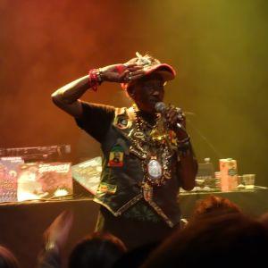 Lee Perry hälsar publiken på Korjaamo
