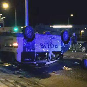 En polisbil på taket efter en krock.