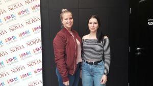 Jessica Sjöholm och Ida Wallin studerar på socionomlinjen vid Novia i Vasa.