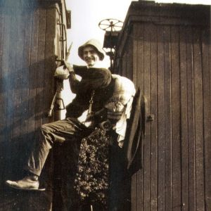 Ernest Hemingway kiipeämässä junan katolle vuonna 1916