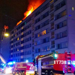 Åttavåningshus brinner i centrum av Åbo 2.1.2016.