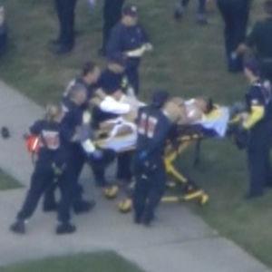 Räddningspersonal för iväg en skadad person.