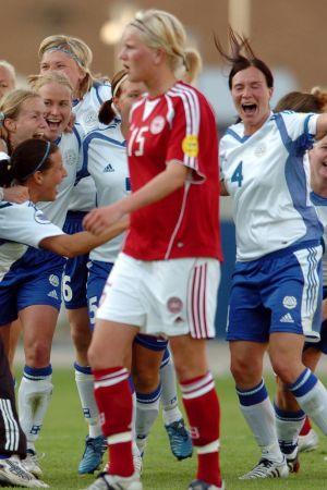 Finland firar sitt avancemang till EM-semifinal 2005.