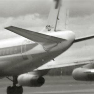 Vuonna1977 terrorismin pelko häivähti Suomessa. Kesällä kaapattiin lentokone Helsinkiin ja syksyllä Saksan tiedustelu varoitti terroristiuhasta.