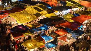 Muslimer shoppar inför Eid Al-Fitr i Indien.