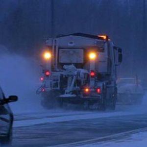 Bilar kör i snöyran.