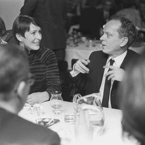 Kirjailijat Brita Polttila ja Veijo Meri kirjailijoiden juhlissa ravintolassa 1964