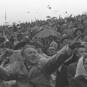 Yleisöä Helsingin Olympiastadionilla Ruotsi-ottelussa 1960-luvulla
