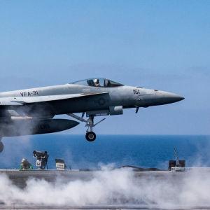 Multirollflygplanet F/A-18E Super Hornet lyfter från ett hangarfartyg 6 juni 2017.