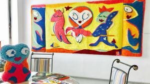 """Riitta Nelimarkan taidetta. Etualalla Elise-villapysti ja taustalla Hugo Simberg -pastissi """"Täältä muinaisuuteen"""" villarliefi 2017, 170 x 360 cm."""