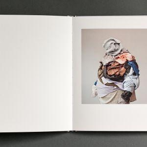 Karina-Sirkku Kurzin valokuvakirja syömishäiriöistä avattuna pöydällä.