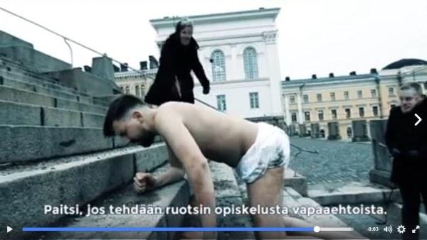 Halvnaken man kryper upp för Domkyrkans trappor i Helsingfors i video mot den obligatoriska svenskan som gjorts av Sannfinländska ungdomsförbundet.
