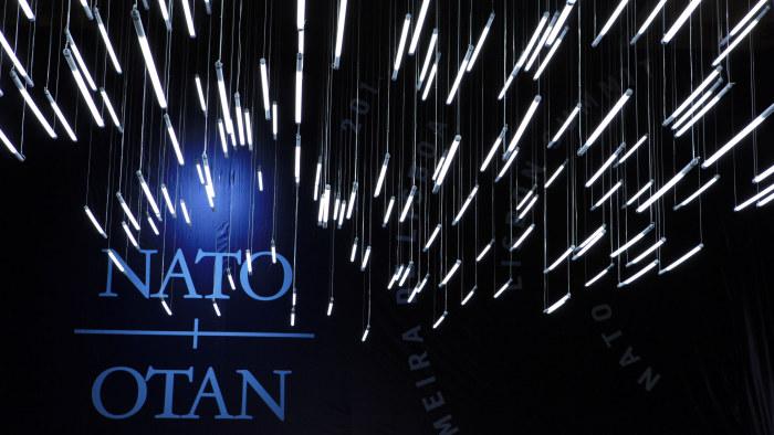 Strålande lampor över Natos symboler på toppmöte i Lissabon