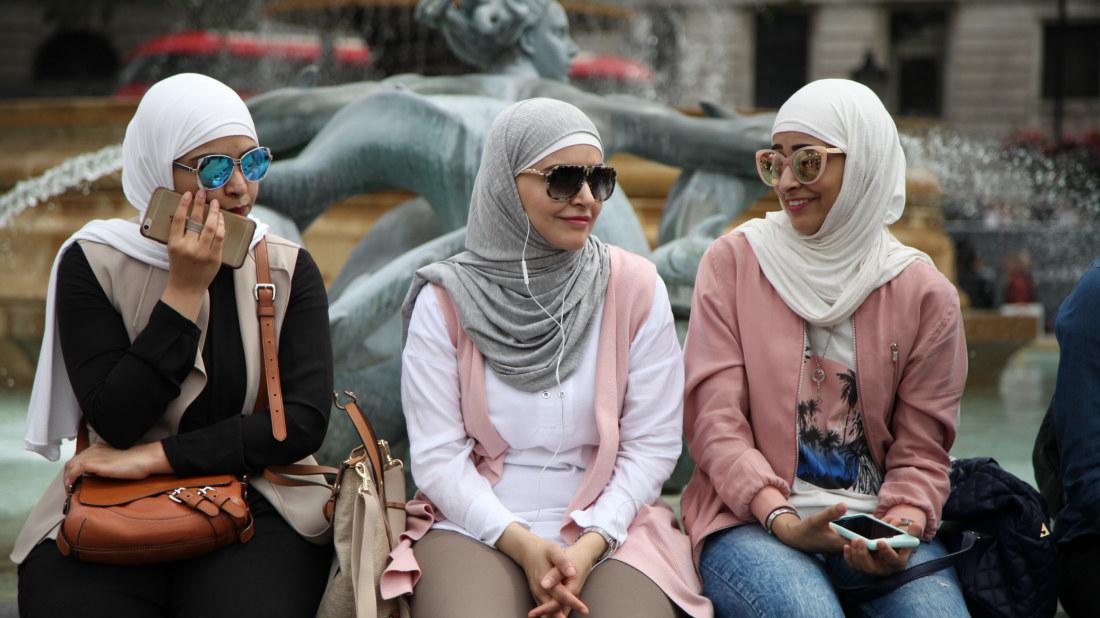 Bildresultat för muslimer slöja mobiltelefoner