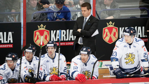 Lauri Marjamäki ser fundersam ut på bytesbänken. a30395ab6be69