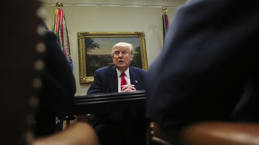 Trump pressas pa svar efter flynns avgang