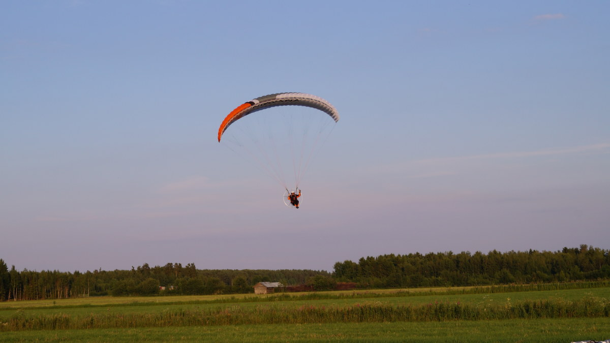 med paramotor mot solnedg ngen sterbotten. Black Bedroom Furniture Sets. Home Design Ideas