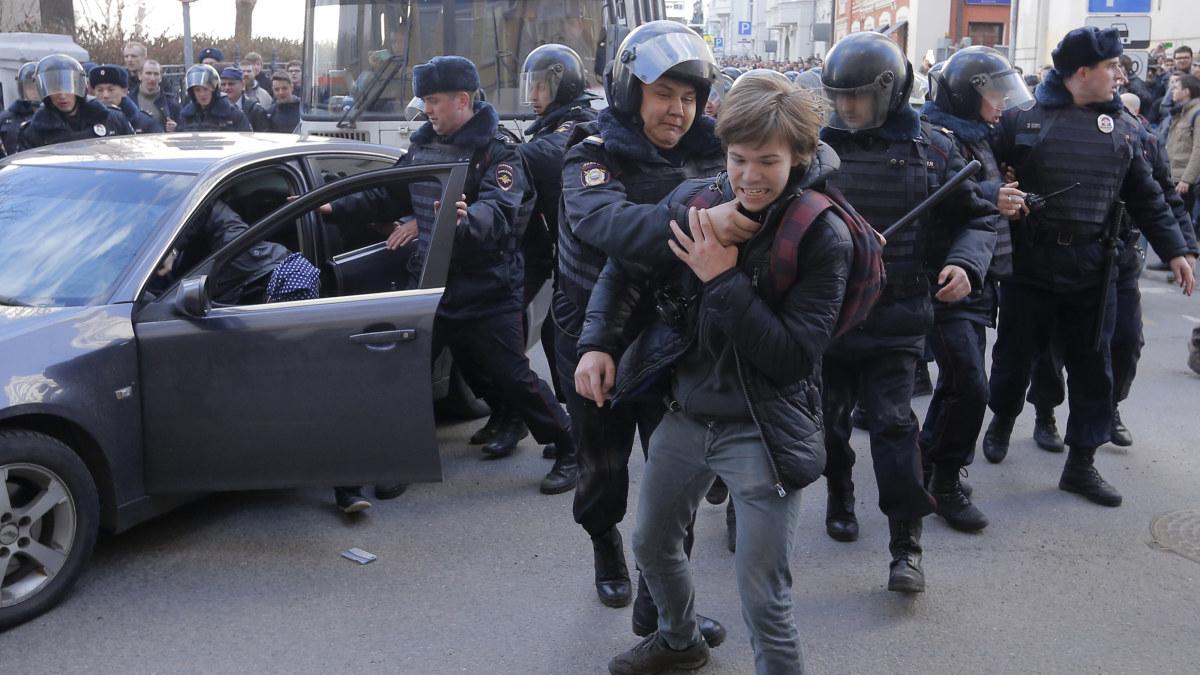 Flera aktivister, bland dem protestledaren Aleksej Navalnyj, greps vid en demonstration i Moskva