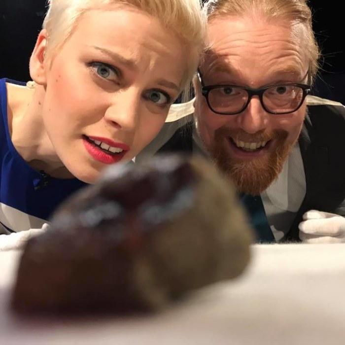 Prisma Studion juontaja Reetta Rönkä ja teollisuusmatemaatikko Samuli Siltanen katsovat Mars-meteoriittia