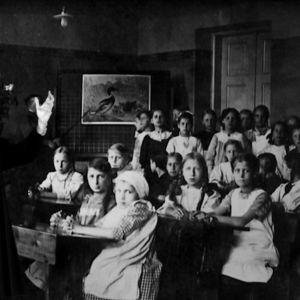 Uno Cygnaeus och en grupp skolelever.
