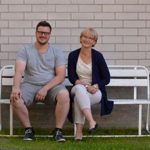 Robert Louhimies och Ulrica Isaksson sitter på en bänk.