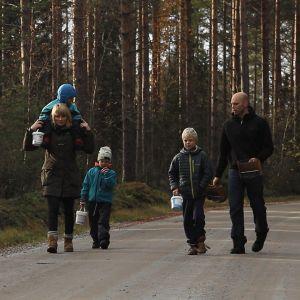 Familjen Gädda på promenad.