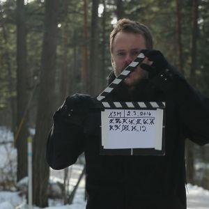 Dan håller i en filmklappa