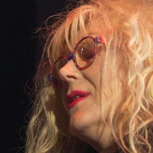 Muusikko Anna-Mari Kähärä laulaa bändinsä Anna-Mari Kähärä Orchestran kanssa.