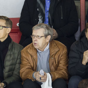 Göran Stubb (i mitten) följer spelare i matchen HIFK–Pelicans.