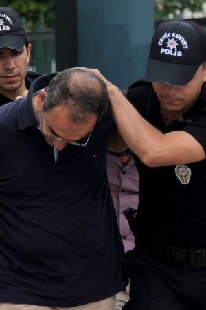 En soldat grips efter det misslyckade kuppförsöket i Turkiet sommaren 2016.