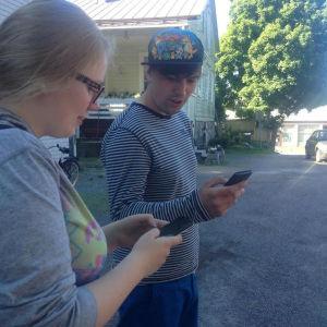 Mathilda Liljestrand och Benjamin Lundin fascineras av Pokemon.