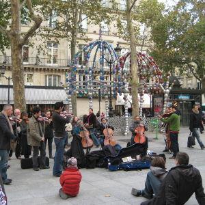 Jousiorkesteri soittaa Pariisissa, Palais Royalin metroaseman aukiolla.