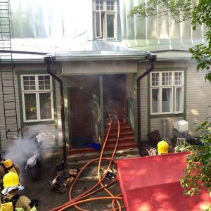 Brandkåren släcker bostadsbrand i Trä-Vallgård i Helsingfors.