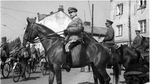 Marskalk Mannerheim granskar parad i slutet av 1930-talet