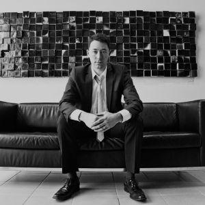 Mustavalkoinen kuva Weldon Greenistä sohvalla.