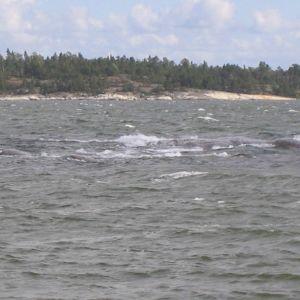 vågor stöter mot grynna
