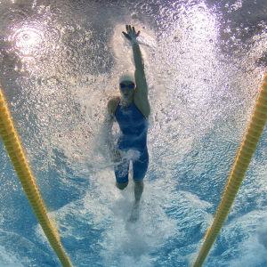 Simmare i simbassäng.