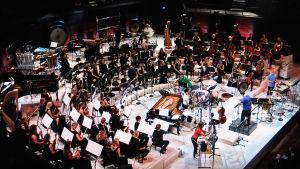 Sibelius-Akatemian sinfoniaorkesteri esittää 100-vuotisjuhlakonsertissaan Magnus Lindbergin orkesteriteoksen Kraft. Musiikkitalo 14.5.2016.