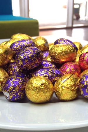 Chokladägg i färggranna papper