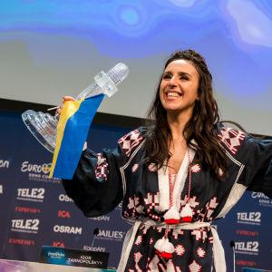Jamala på presskonferens efter att hon vunnit Eurovisionen 2016.
