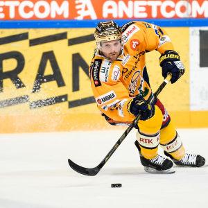 Ishockeyspelare med puck.