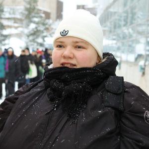 Toimittaja Simo Sipolan ohjaama dokumentti kertoo suomalaisesta köyhyydestä 2010-luvulla ja siitä, miten köyhyys periytyy.