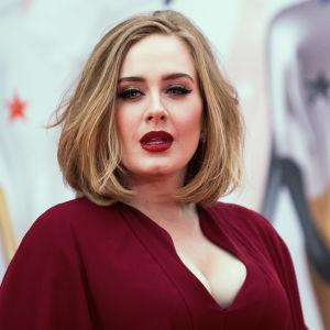 Adele saapuu vuoden 2016 Brit Awards gaalaan Lontoossa.