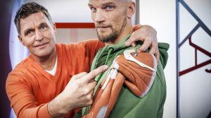 Risto Laitila ja Mikko Penttilä miettivät olkapäävaivoja.