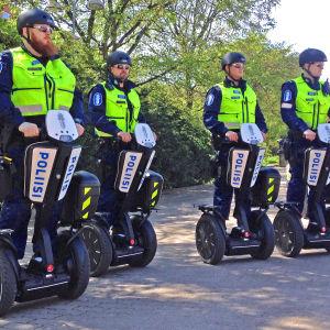 Segwaypoliser i Helsingfors.