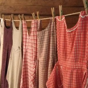 Rutiga förkläden på en tvättlina.