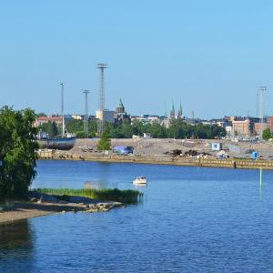 Vy från farfarsbron över hav och Helsingfors.