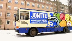 Butiksbilen betjänar kunder vid Mjölbolsta flyktingförläggning i Raseborg.