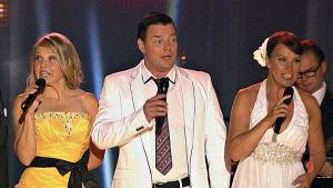 Arja Koriseva, Jari Sillanpää ja Marita Taavitsainen tulkitsevat suomalaisia tangoja.